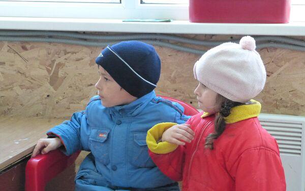 bambini guardano i cartoni, campo profughi Rostov - Sputnik Italia