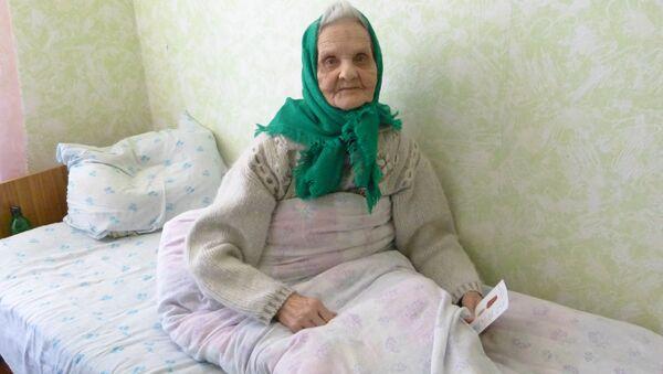 Signora anziana campo profughi Rostov - Sputnik Italia