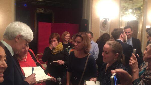 Beppe Severgnini firma dediche all'Ambasciata d'Italia a Mosca - Sputnik Italia