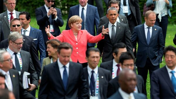 US President Barack Obama, center right, and German Chancellor Angela Merkel, center left, walk to a group photo of G-7 leaders. - Sputnik Italia