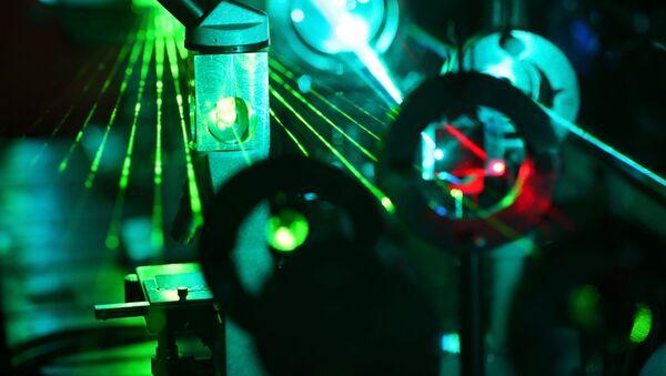 Лазер в научной лаборатории - Sputnik Italia