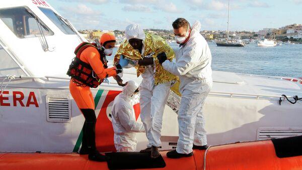 Il migrante sopravvissuto a Lampedusa - Sputnik Italia