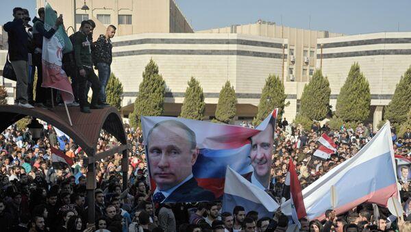 Gli studenti dell'Università di Al-Baath nei pressi di Damasco appoggiano l'operazione militare russa in Siria - Sputnik Italia