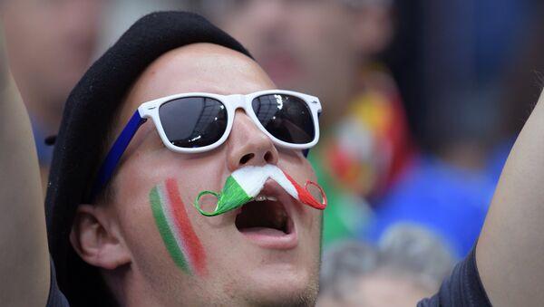 Il look patriottico di un tifoso italiano - Sputnik Italia