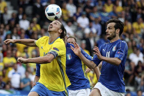 Ibrahimovic contrastato da Parolo - Sputnik Italia