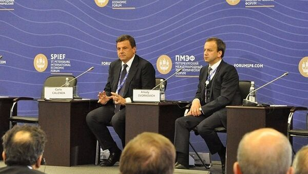 Il ministro dello sviluppo economico italiano Carlo Calenda ed il vice premier russo Arkady Dvorkovich - Sputnik Italia