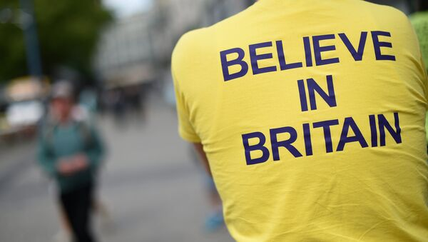 A campaigner wears a T-shirt bearing the slogan Believe In Britain as he attends an Anti-EU (European Union) United Kingdom Independence Party (UKIP) pro-Brexit campaign event, ahead of the forthcoming referendum, in Birmingham, central England, on May 31, 2016.  - Sputnik Italia