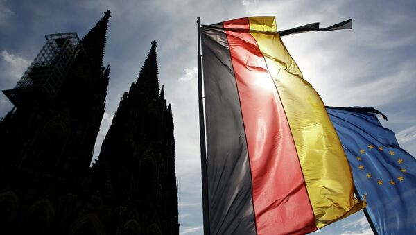 Flags of Germany and the EU fly with black ribbons during a memorial service for the 150 victims of Germanwings flight 4U 9525 in Cologne's Cathedral, April 17, 2015 - Sputnik Italia