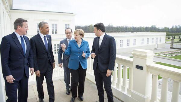 German Chancellor Angela Merkel (2nd R) stands with British Prime Minister David Cameron, U.S. President Barack Obama, French President Francois Hollande and Italian Prime Minister Matteo Renzi before talks at Schloss Herrenhausen in Hanover, Germany April 25, 2016 - Sputnik Italia