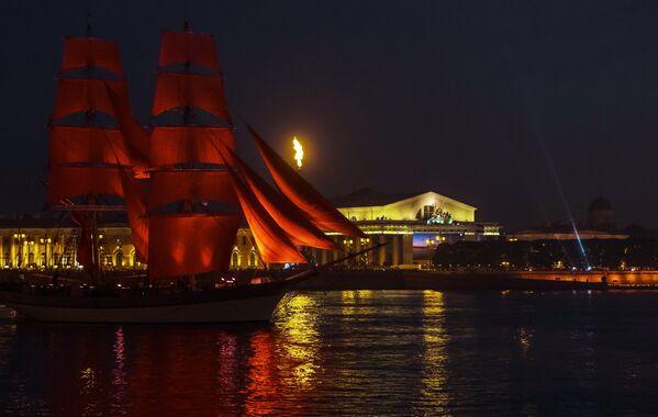 Il veliero dalle vele scarlatte solca la Neva - Sputnik Italia