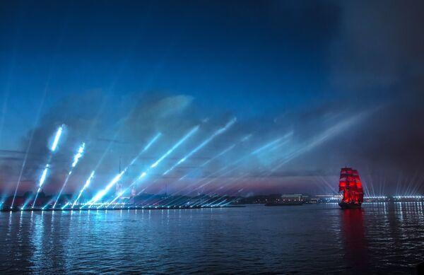 Giochi di luce al passaggio del veliero delle Navi Scarlatte nella Neva - Sputnik Italia