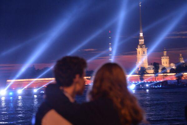 Una coppia attende il passaggio delle vele scarlatte - Sputnik Italia