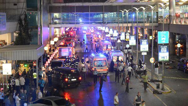 L'aeroporto di Istanbul dopo le esplosioni, arrivano i soccorsi - Sputnik Italia