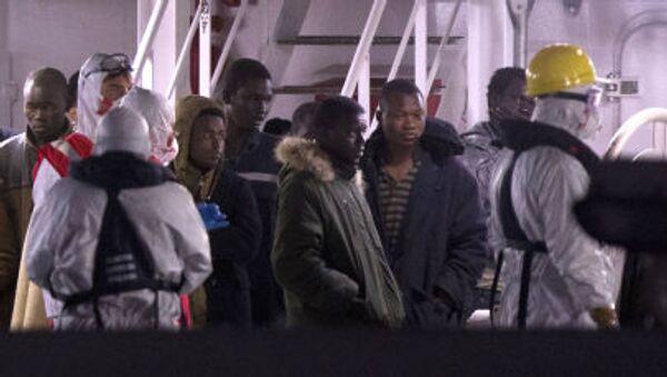 Migranti libanesi sopravvissuti dopo il naufragio arrivati nel porto di Catania - Sputnik Italia