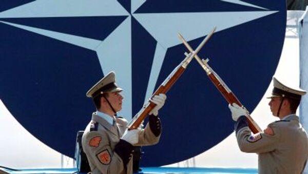I soldati slovacchi  durante la ceremonia solenne dedicata all`adesione del loro Paese nella Nato - Sputnik Italia