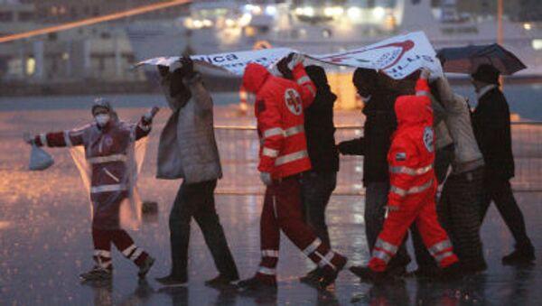 Мигранты сходят с корабля в сицилийском порту Трапани после спасательной операции Frontex - Sputnik Italia