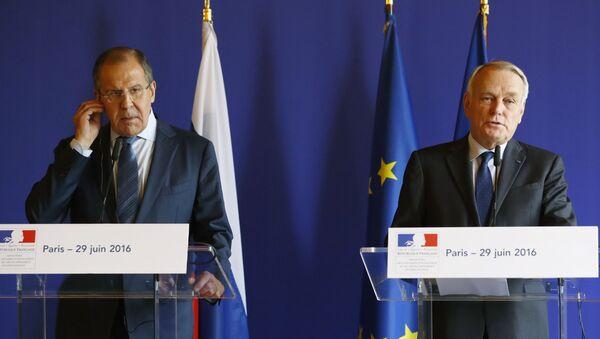 Министр иностранных дел Россия Сергей Лавров и министр иностранных дел Франции Жан-Марк Эро во время пресс-конференции после встречи в Париже - Sputnik Italia