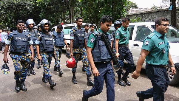 Security personnel are seen near the Holey Artisan restaurant hostage site, in Dhaka, Bangladesh, July 2, 2016. - Sputnik Italia