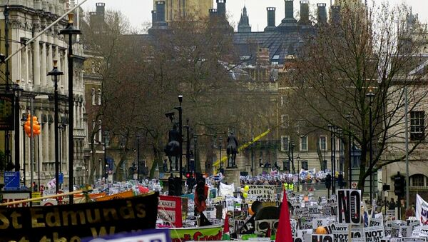 Opponents of the US-led war on Iraq demonstrate en masse in central London 15 February 2003 as tens of thousands of anti-war demonstrators around the world took the streets. - Sputnik Italia