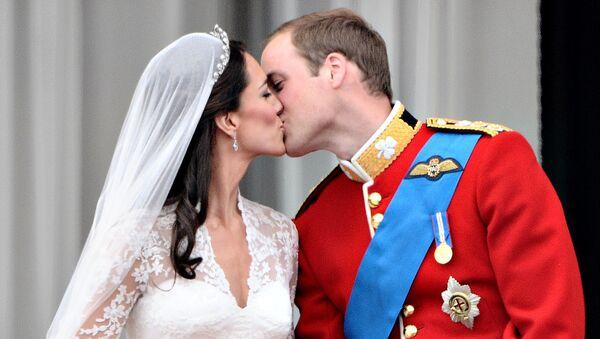 Принц Уильям и герцогиня Кембриджская на балконе Букингемского Дворца - Sputnik Italia