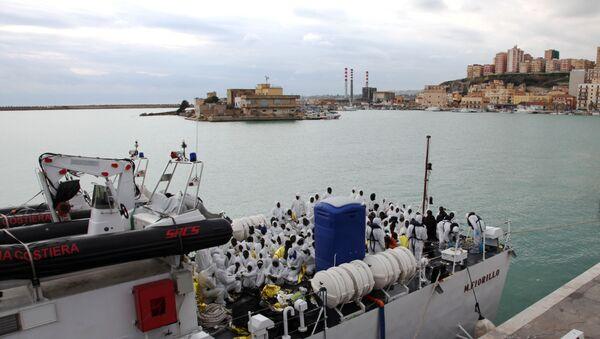 I migranti arrivano  in Porto Empedocle, Sicilia. - Sputnik Italia