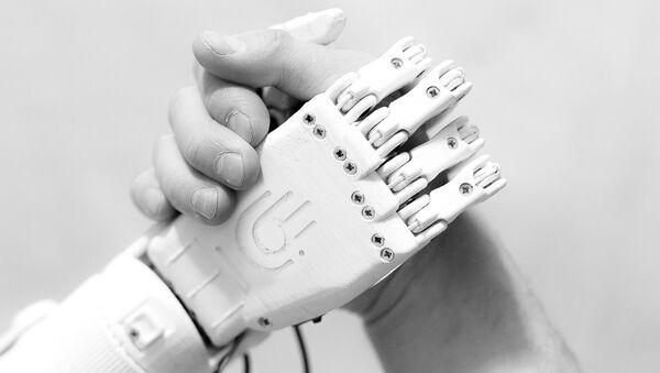 La protesi robotica costruita da Maksim Lyashko - Sputnik Italia