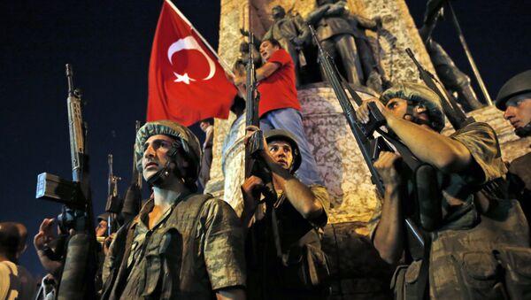 Militari e bandiere turche, caos in Turchia - Sputnik Italia