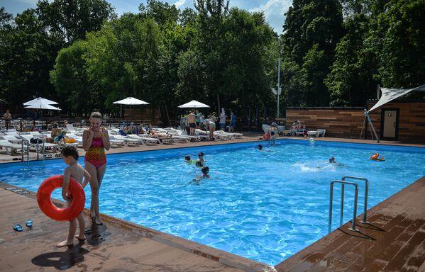 A Mosca si apre la stagione dei bikini - Sputnik Italia