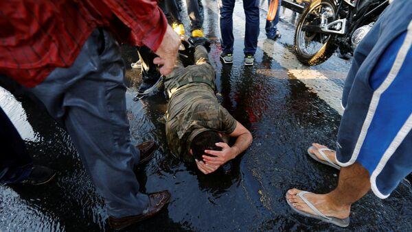 Un soldato si protegge dalla folla dopo la golpe, Istanbul, Turchia, il 16 Luglio, 2016. - Sputnik Italia