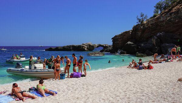 Turisti sulla spiaggia di Cala Luna nel golfo di Orosei in Sardegna - Sputnik Italia
