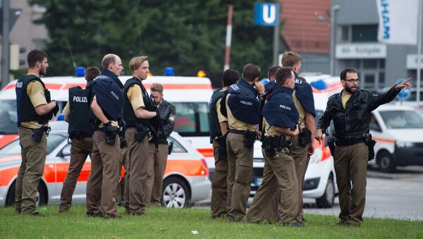 Police walks towards a shopping mall amid a shooting on July 22, 2016 in Munich - Sputnik Italia