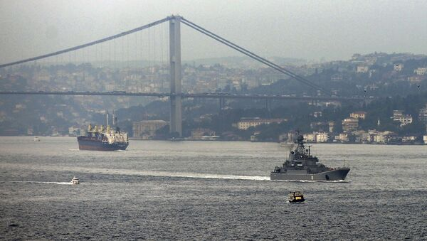A Russian warship passes through the Bosphorus, in Istanbul, en route to the Mediterranean Sea, Tuesday, Oct. 6, 2015 - Sputnik Italia