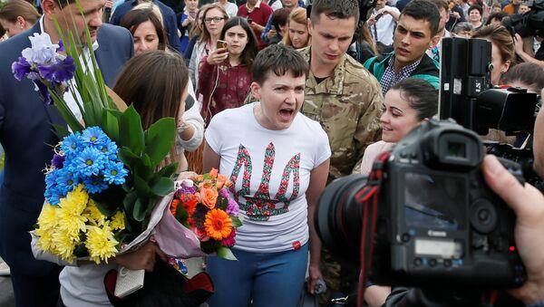 Ukrainian servicewoman Nadiya Savchenko talks to the media at Boryspil International airport outside Kiev, Ukraine, May 25, 2016 - Sputnik Italia