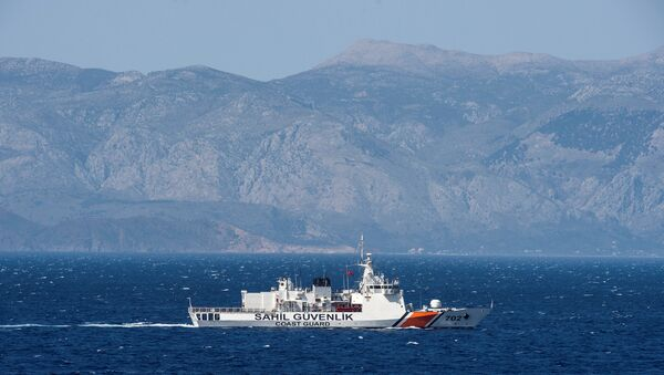 A Turkish coast guard ship patrols in the Aegean Sea, off the Turkish coast, April 20, 2016. The Bonn is part of a NATO naval presence in the Aegean Sea meant to observe and monitor illegal naval movement between Turkey and Greece - Sputnik Italia