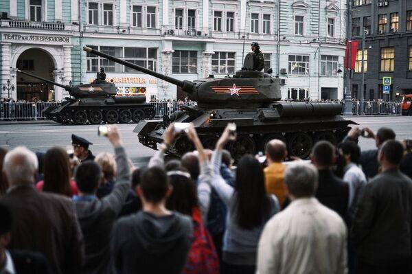 Il carro armato T-34-85 dell'epoca della Seconda guerra mondiale durante le prove per la parata della vittoria a Mosca - Sputnik Italia