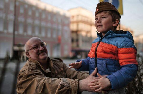 Spettatori durante le prove per la parata della Grande Vittoria a Mosca, via Tverskaya - Sputnik Italia