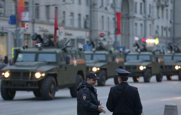 I membri del ministero dell'Interno vicino ai Tigr, fuoristrada  per la mobilità della fanteria russa - Sputnik Italia