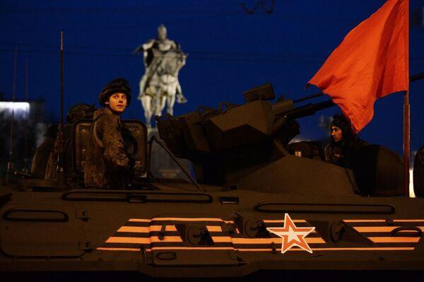 Militari nel veicolo trasporto truppa 82A durante le prove della parata - Sputnik Italia