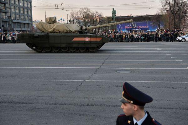Carro armato T-14 con piattaforma cingolata Armata durante le prove della Parata della Vittoria - Sputnik Italia
