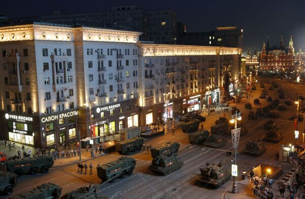 Mezzi militari lungo la via Tverskaya a Mosca, durante le prove per la parata della Vittoria - Sputnik Italia