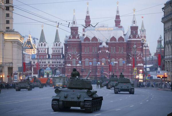 Vista sulla Piazza Rossa dalla via Tverskaya con i mezzi militari - Sputnik Italia