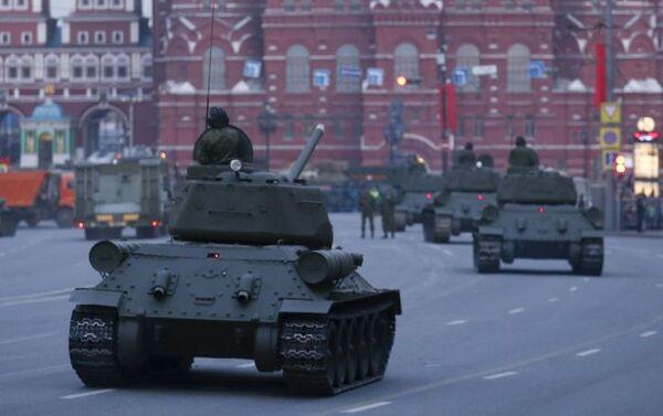 Vista sulla Piazza Rossa dalla via Tverskaya con i mezzi militari. - Sputnik Italia