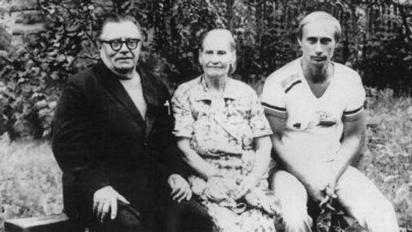 Владимир Спиридонович Путин, Мария Ивановна Путина с сыном Владимиром Путиным - Sputnik Italia