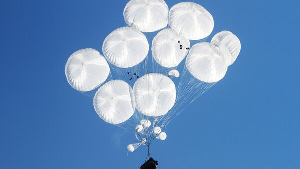 Airborne combat vehicles air dropped during the joint battalion tactical exercise of airborne troops - Sputnik Italia