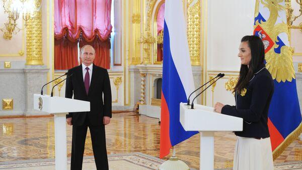 Elena Isinbayeva e il presidente Putin al Cremlino - Sputnik Italia