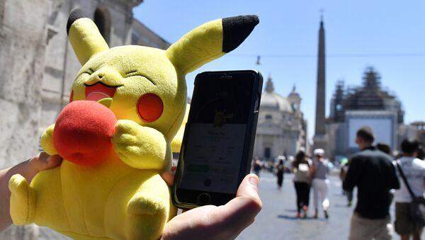 Un giocatore di Pokemon Go nel centro di Roma. - Sputnik Italia