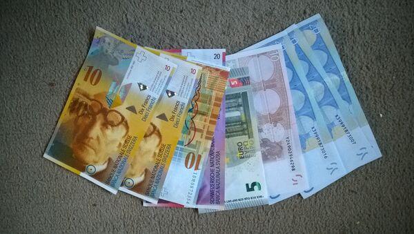 Franchi svizzeri e euro - Sputnik Italia