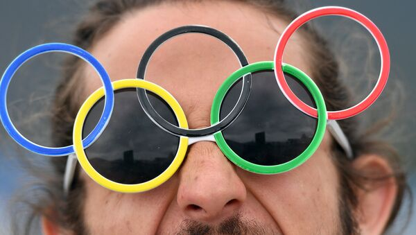 Un tifoso con gli occhialini a forma di 5 cerchi - Sputnik Italia