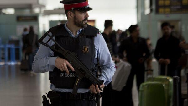 Un agente di polizia in Spagna - Sputnik Italia