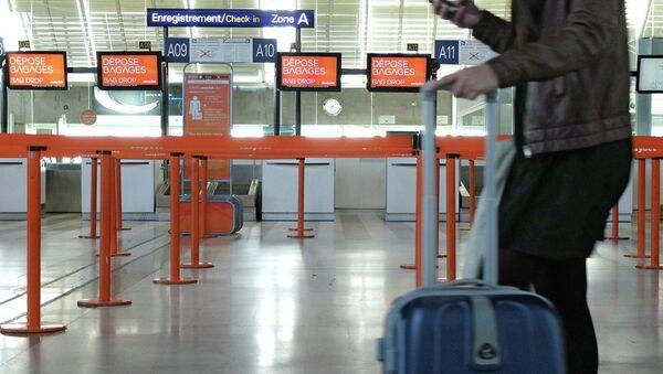 Un passeggero all'aeroporto di Nizza - Sputnik Italia
